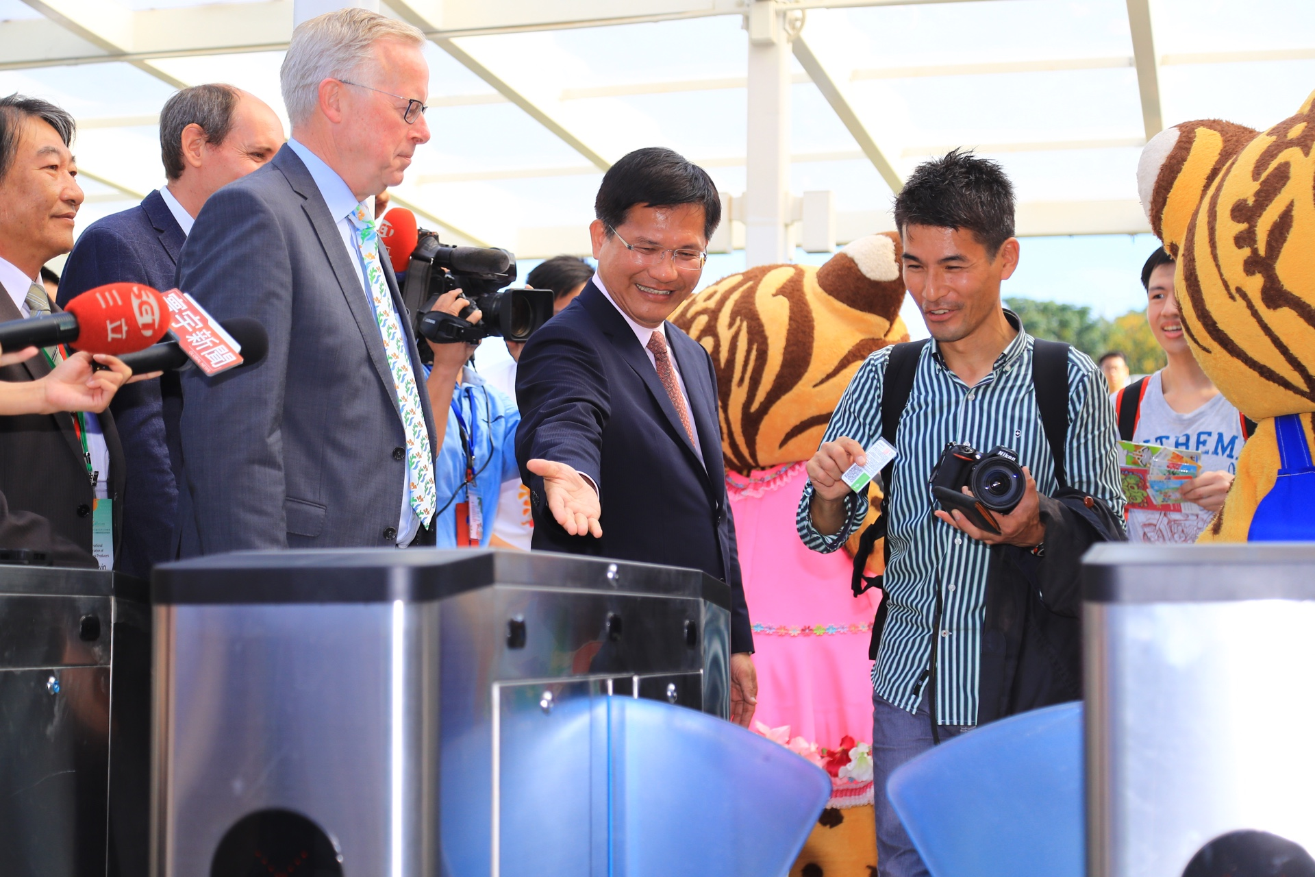 Grand Opening of Taichung Flora Expo, Mayor Lin high-fives the first tourists