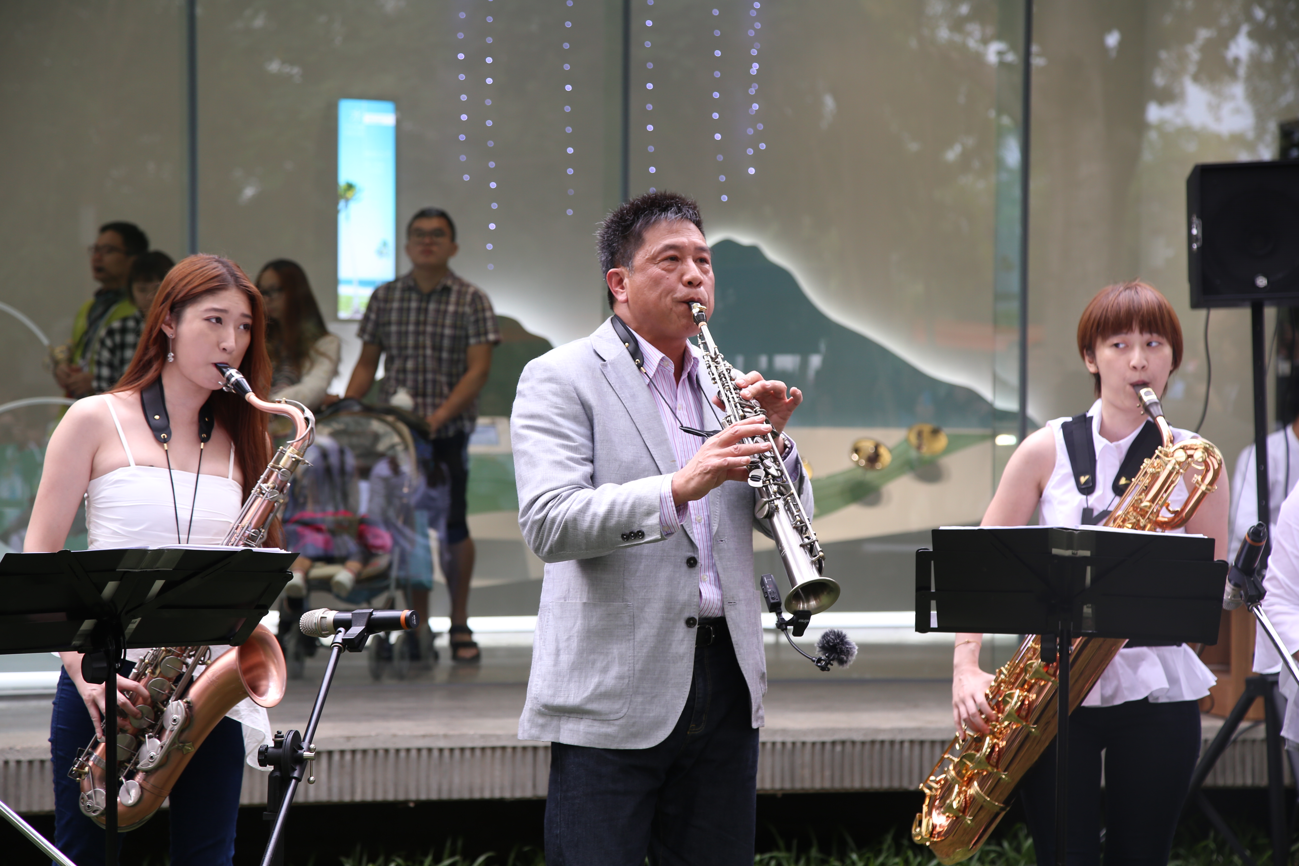 友達董事長彭双浪演奏薩克斯風 讓遊客感受具后里在地特色的花博