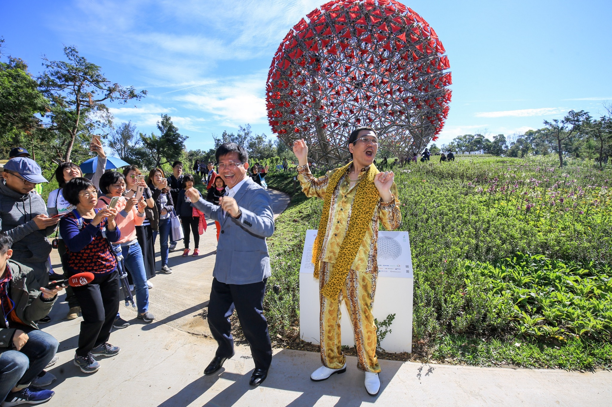 Japanese PIKO TARO promoted Taichung Flora Expo  Dance《PPAP》with Mayor Lin