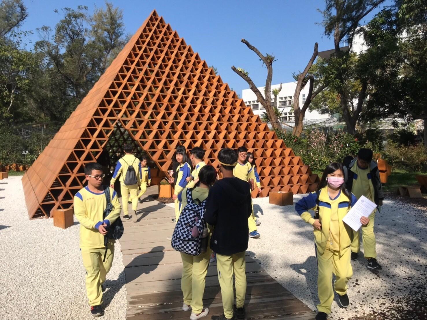 弘文高中校外教學跨領域結合花博 帶領學生做中學
