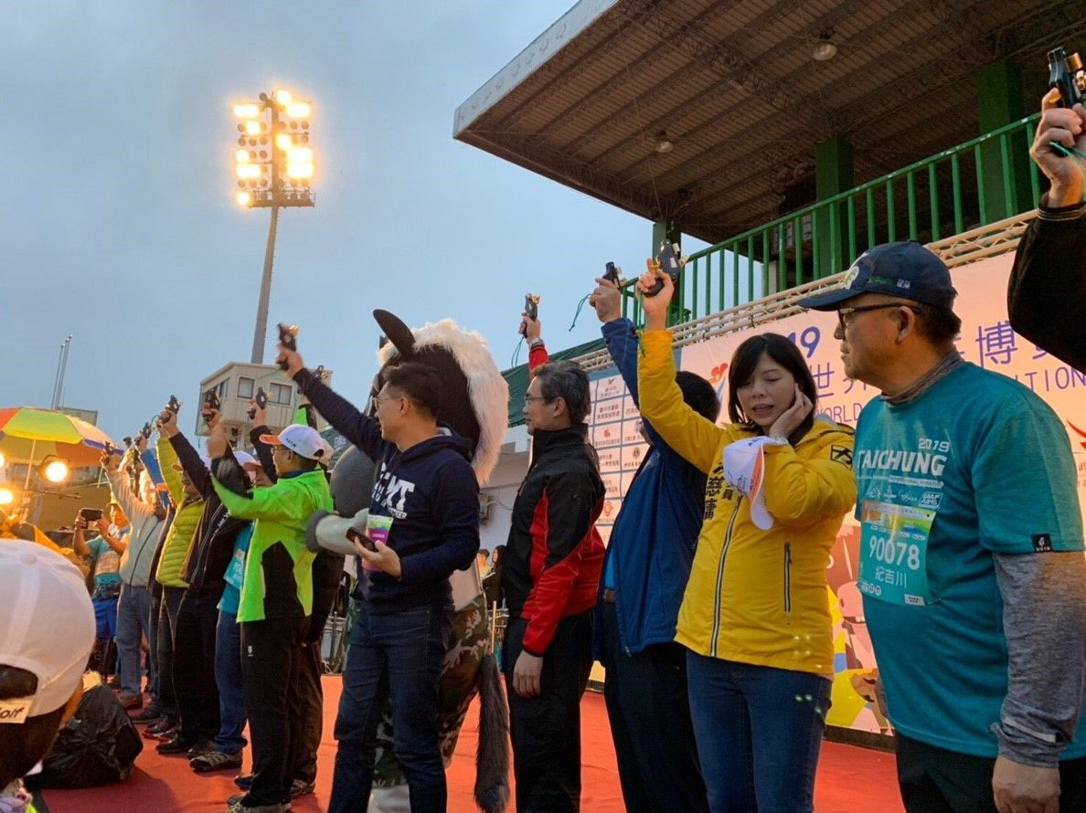 「花博馬」今晨豐原開跑 1.5萬人雨中聆聽花開的聲音
