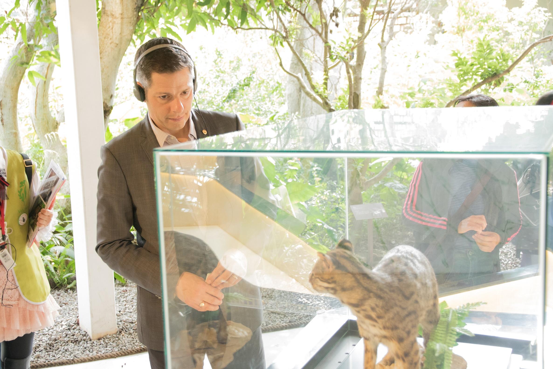 加拿大溫尼伯市長參觀花博  肯定國際庭園區「湖畔雪屋」美不勝收